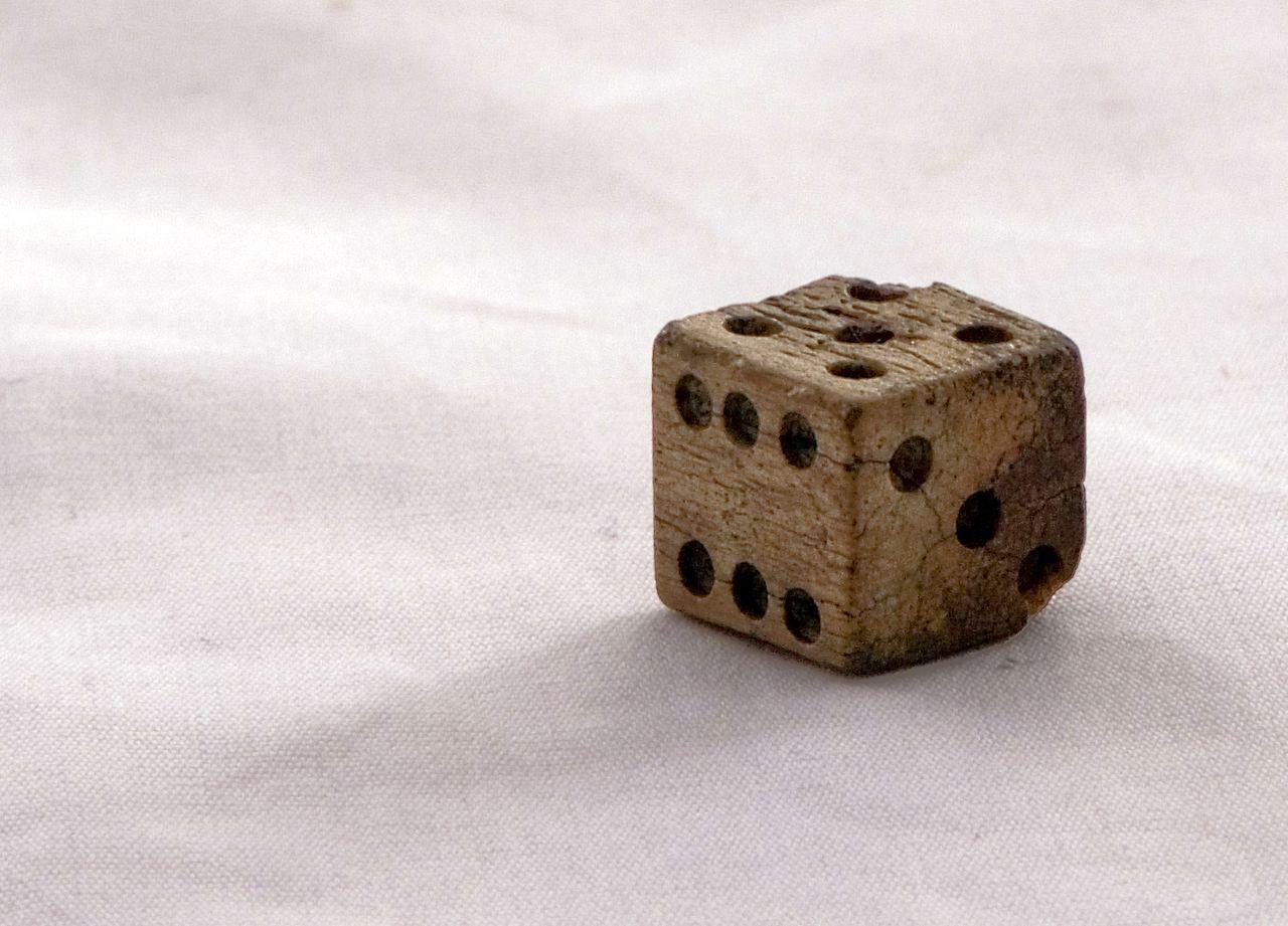 Crédits photo : Kolby Kirk (CC BY 3.0). Il s'agit d'un dé en os trouvé dans un fort de la guerre civile américaine.